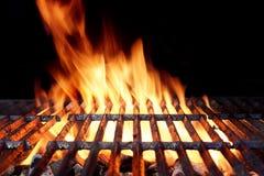 与明亮的火焰的热的烤肉木炭格栅 图库摄影
