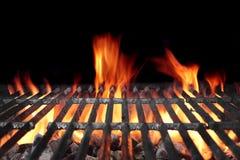 与明亮的火焰的热的烤肉木炭格栅 免版税库存图片