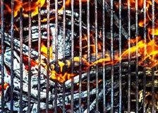 与明亮的火焰的热的BBQ格栅 免版税库存照片