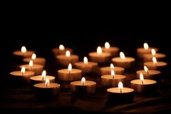 与明亮的火焰的燃烧的蜡烛 免版税库存照片