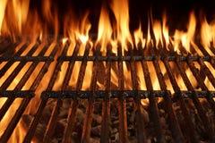 与明亮的火焰的空的烤肉格栅特写镜头 图库摄影