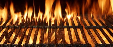 与明亮的火焰的空的烤肉格栅特写镜头 库存照片