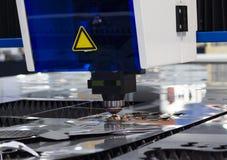 与明亮的火花的CNC工业激光切口钢金属 库存照片