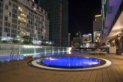 与明亮的照明的屋顶游泳池在旅馆 免版税库存图片