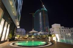 与明亮的照明的屋顶游泳池在旅馆 免版税图库摄影