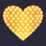 与明亮的电灯泡的金黄心脏形状 免版税库存图片