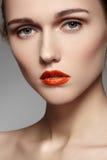 与明亮的红色嘴唇的美好的设计化妆,纯皮肤 图库摄影