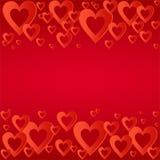 与明亮的红色心脏的华伦泰红色背景与红色心脏的构成连续上上下下 恋人和f的问候 免版税库存照片