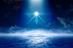 与明亮的聚光灯的飞碟在地球外的殖民地上飞行 免版税库存照片