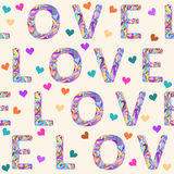 与明亮的色的杂色的爱词的手图画无缝的样式情人节或婚礼的背景和心脏 免版税库存图片