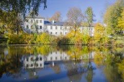 与明亮的色的秋天树的Radesin城堡 库存照片