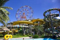 与明亮的色的轨道的水滑道在水色公园周围 库存照片