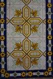 与明亮的花饰的Azulejos 库存照片