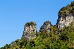 与明亮的蓝天的美丽的山 库存照片