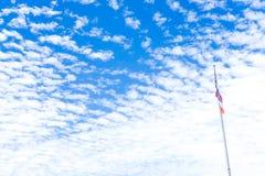 与明亮的蓝天的镇静风 在天空, Fla的一朵小云彩 免版税库存图片