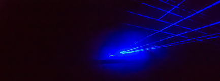 与明亮的蓝色激光的抽象全景背景发出光线 库存照片