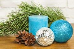 与明亮的蓝色球的新年2017年在wo的构成和蜡烛 库存图片