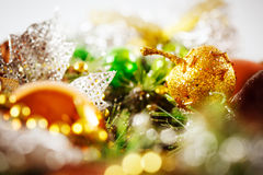 与明亮的装饰的圣诞节背景 免版税库存照片