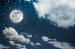 与明亮的满月的夜空和多云,平静自然后面 库存照片