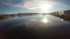 与明媚的阳光反射的镇静海湾水与在鲸鱼海岛上的divererse大厦 股票录像