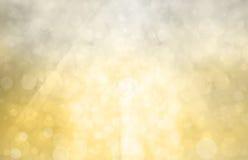 与明媚的阳光的银色金背景在bokeh圈子或泡影在明亮的白光 免版税库存照片