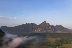 与明显地天空的山风景 免版税图库摄影