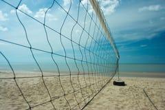 与明显地天空的沙滩排球网 图库摄影