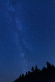 与星和可看见的银河的蓝色夜空 免版税库存图片