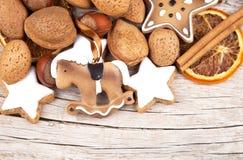 与星和摇马的圣诞节装饰在木头 库存图片