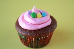 与星和桃红色结霜的杯形蛋糕 库存图片