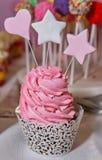与星和牡鹿的杯形蛋糕在棍子 免版税库存图片