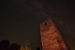 与星和老废墟的夜空 免版税库存图片