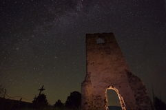 与星和老废墟2的夜空 库存图片