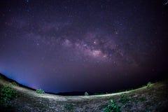 与星和银河的夜空视图 图库摄影