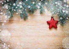 与星和雪的树枝在木板 库存图片