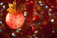 与星形和杉木锥体的橙色球 库存照片