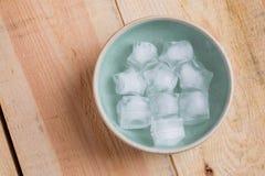 与星形状的冰块在碗 免版税库存图片