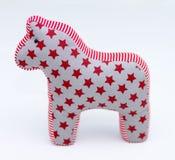 与星条旗的灰色和红色纺织品玩具马在白色 免版税库存图片