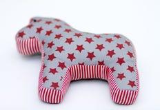 与星条旗的灰色和红色纺织品玩具马在白色 免版税库存照片
