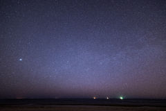 与星的夜空在海滩 蓝色展望期少校编号安排了行星空间范围视图 免版税图库摄影