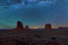 与星的夜空在纪念碑谷上 图库摄影