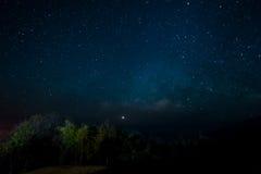 与星的夜间在天空 免版税库存图片