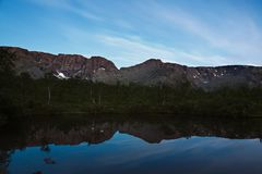 与星的天空在黎明,反映在水 库存照片