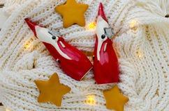 与星的小陶瓷圣诞老人 免版税库存照片