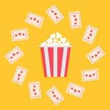 与星的玉米花箱子和票圆的框架 戏院在平的设计样式的电影象 黄色背景 免版税库存照片