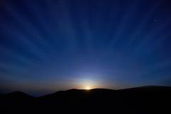 与星的蓝色黑暗的夜空 免版税库存照片
