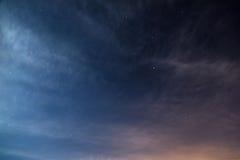 与星空间的夜空 免版税库存照片