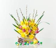 与春天花的复活节构成 图库摄影
