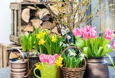与春天花的复活节装饰 免版税库存照片