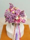 与春天花的美丽的婚礼花束 库存照片